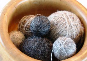Handgesponnen wol in verschillende natuurkleuren.